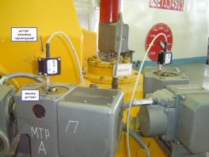 """Фотография датчиков линейных перемещений на механизме токовой разгрузки турбины при измерении параметров системы регулирования и защиты турбины системой """"Крона-522"""""""