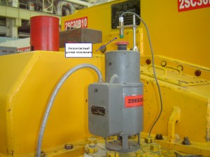 """Фотография датчика положения на защитном устройстве турбины при измерении<br />  параметров системы регулирования и защиты турбины системой """"Крона-522"""""""